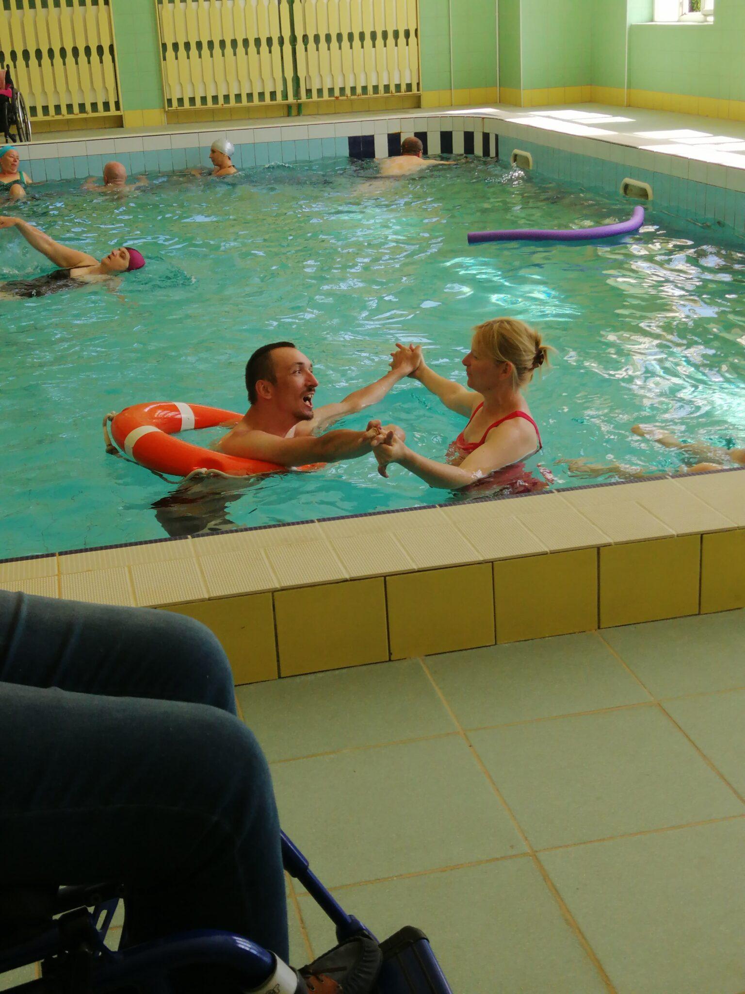Zmysłowo zakręcony taniec w basenie