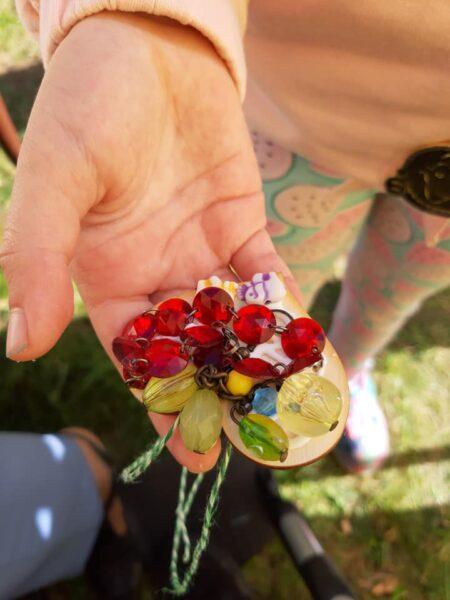 mozaikowe serduszko trzymane w dłoniach