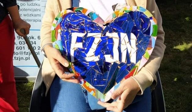 Mozaikowe serce trzymane w dłoniach